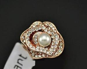 Очень красивое кольцо «Роксолана» (ITALINA) в виде цветка с белой жемчужиной, позолотой и камнями Сваровски купить. Цена 330 грн или 1035 руб.