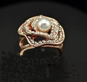 Очень красивое кольцо «Роксолана» (ITALINA) в виде цветка с белой жемчужиной, позолотой и камнями Сваровски фото 1