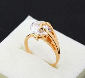 Уникальное позолоченное кольцо с одним прозрачным цирконом с огранкой купить. Цена 185 грн