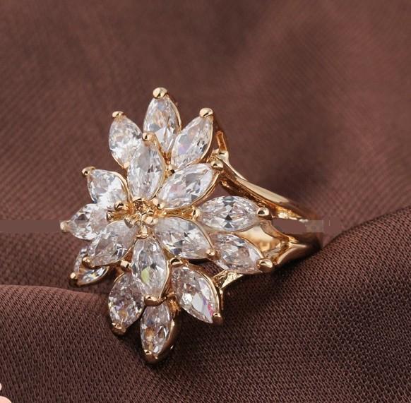 Роскошное симметричное кольцо с бесцветными цирконами и покрытием из жёлтого золота купить. Цена 299 грн