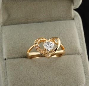 Симпатичное кольцо в форме сердца с цирконом в центре и золотым покрытием купить. Цена 185 грн