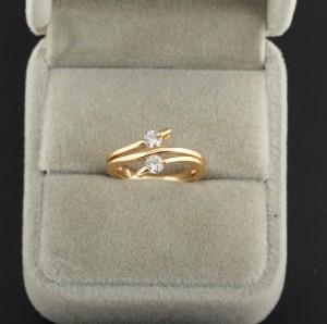 Модное тонкое кольцо с двумя цирконами и напылением арабским золотом купить. Цена 145 грн
