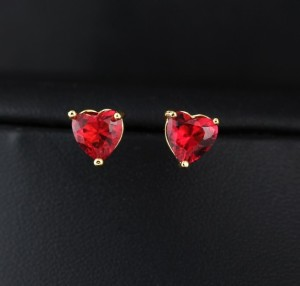 Малиновые серьги из фианита в форме сердца в позолоченном корпусе купить. Цена 110 грн или 345 руб.