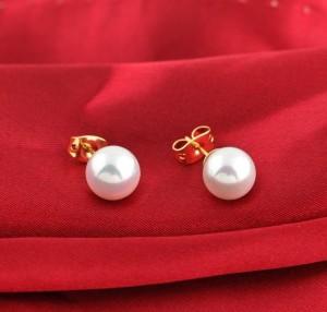 Белые серьги-жемчужины в позолоченной оправе и застёжкой-гвоздиком купить. Цена 39 грн
