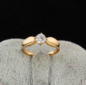 Простое кольцо с одним прозрачным фианитом и 18-ти каратной позолотой купить. Цена 145 грн