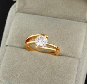 Стильное кольцо с одним круглым камнем-цирконом и золотым покрытием купить. Цена 155 грн