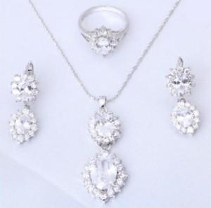 Праздничный комплект «Елизавета» из серёжек, кольца и кулона с фианитами и платиновым покрытием купить. Цена 570 грн или 1785 руб.