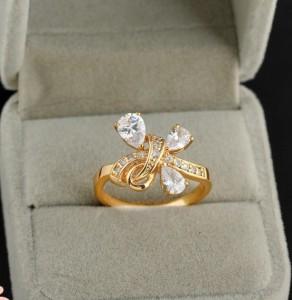 Оригинальное кольцо с золотым покрытием и прозрачными цирконами фото. Купить