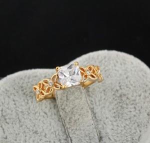 Ажурное кольцо с фианитом квадратной формы и золотым напылением купить. Цена 140 грн