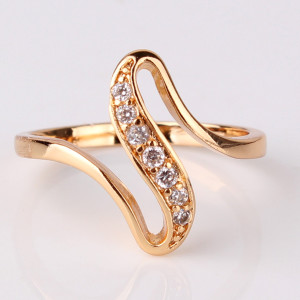 Симпатичное тонкое кольцо «Зиг-Заг» с 24-х каратным золотым покрытием и цирконами купить. Цена 150 грн или 470 руб.