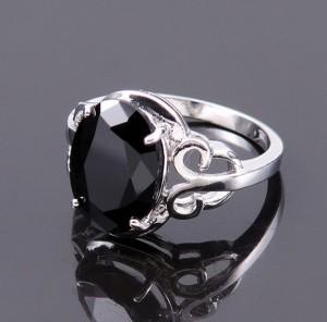 Таинственное кольцо «Затмение» из медицинской стали с родиевым покрытием и чёрным цирконом купить. Цена 120 грн или 375 руб.