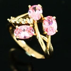 Миленькое кольцо «Ассоль» с тремя розовыми камнями и высококачественным золотым покрытием фото. Купить