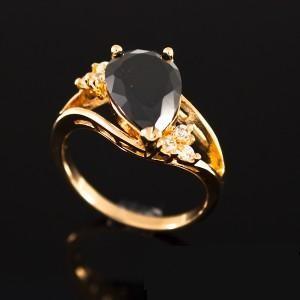 Восторженное кольцо «Княгиня в чёрном» с чёрным фианитом и 18-ти каратным золотым напылением купить. Цена 195 грн или 610 руб.