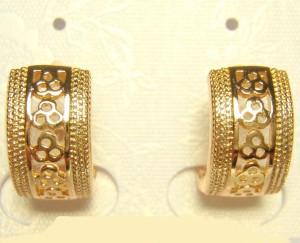 Небольшие серьги-колечки «Барселона» с ажурным узором без камней в позолоте фото. Купить