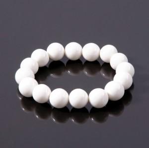 Простой белый браслет на резинке из натурального кахолонга купить. Цена 79 грн или 250 руб.