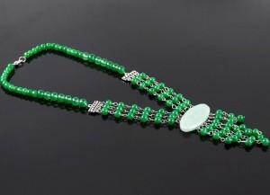 Этнические бусы из натурального нефрита с крупным медальоном из цельного камня купить. Цена 260 грн