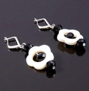 Чёрно-белые серьги в виде цветка из перламутра и бусинами из агата купить. Цена 55 грн или 175 руб.