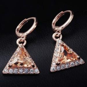 Треугольные серьги «Гротеск» с янтарным камнем в обрамлении из бесцветных страз купить. Цена 120 грн