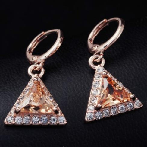 Треугольные серьги «Гротеск» с янтарным камнем в обрамлении из бесцветных страз купить. Цена 130 грн