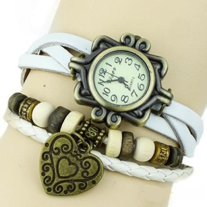 Недорогие винтажные часы на белом кожаном ремешке с кулоном-сердечком купить. Цена 135 грн
