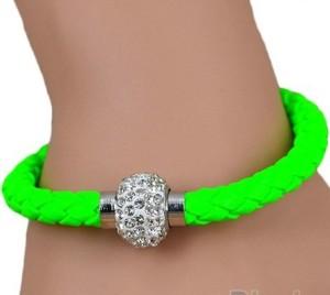 Ядовито-зелёный плетёный браслет «Блеск» из искусственной кожи на магнитной застёжке фото. Купить