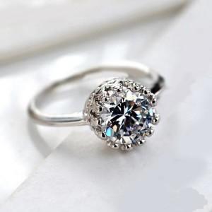 Недорогое кольцо «Герда» с прозрачным камнем и покрытием под белое золото купить. Цена 79 грн или 250 руб.