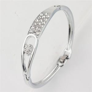 Узкий браслет «Тэффи» из металла серебристого цвета с бесцветными камнями купить. Цена 130 грн или 410 руб.