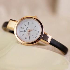 Маленькие наручные часы «Yuhao» в классическом стиле с узким чёрным ремешком фото. Купить