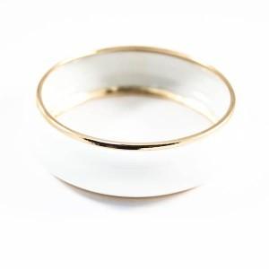 Жёсткий металлический браслет «Элегия» с белой эмалью и золотистой окантовкой фото. Купить