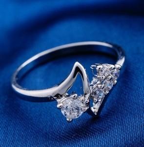 Ажурное кольцо «Джаз» с бесцветными фианитами и родиевым покрытием купить. Цена 135 грн