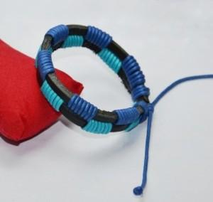 Кожаный чёрный браслет со вставками из синего и голубого шнурка фото. Купить
