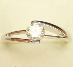 Серебристое кольцо «Идиллия» с белым фианитом и качественным покрытием из родия фото. Купить