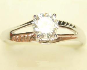 Миленькое кольцо «Лирика» с фианитом и высококачественным родиевым напылением купить. Цена 99 грн