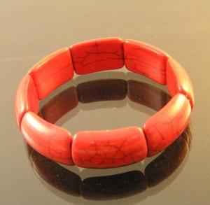 Крупный красный браслет на резинке из пресованного коралла купить. Цена 110 грн или 345 руб.