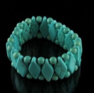 Голубой браслет из звеньев и бусин пресованной бирюзы на резинке купить. Цена 150 грн или 470 руб.