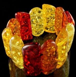 Яркий браслет из искусственного янтаря с широкими прямоугольными звеньями купить. Цена 150 грн