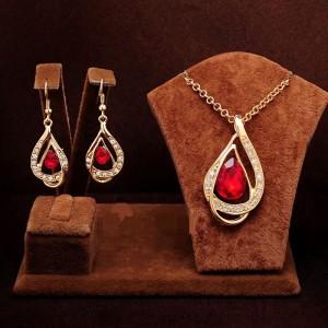 Праздничный комплект «Скарлетт» с красивыми серьгами и подвеской с красным камнем фото. Купить