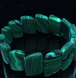 Простой браслет на резинке из плоских звеньев пресованного малахита купить. Цена 199 грн или 625 руб.