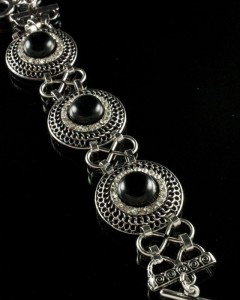 Великолепный браслет с чёрным агатом в металлической оправе под старое серебро фото. Купить