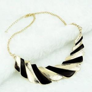 Небольшое ожерелье «Круассан» из золотистого металла с чёрными вставками из эмали фото. Купить