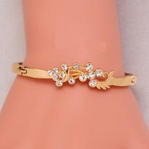 Тонкий жёсткий браслет «Весталка» с завитушками со стразами и покрытием под золото фото. Купить