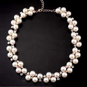 Короткое ожерелье «Эвридика» с белыми бусинами под жемчуг и стразами купить. Цена 195 грн