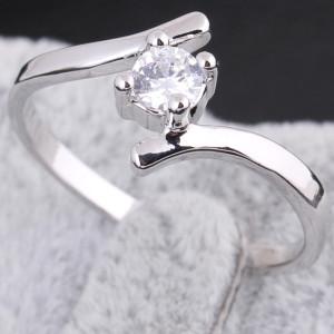 Обыкновенное кольцо с круглым цирконом и покрытием из родия купить. Цена 99 грн