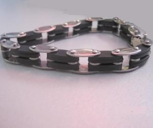 Мужской браслет из медицинской стали с чёрными каучуковыми вставками купить. Цена 145 грн или 455 руб.