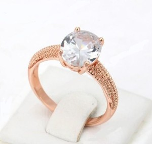 Благородное кольцо «Румба» (бренд-ITALINA) с крупным овальным камнем Swarovski и розовой позолотой фото. Купить