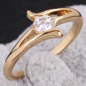 Простенькое колечко с круглым бесцветным цирконом и золотым напылением купить. Цена 110 грн