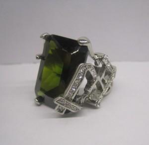 Очень большое кольцо-перстень «Магараджа» с крупным квадратным камнем зелёного цвета купить. Цена 145 грн