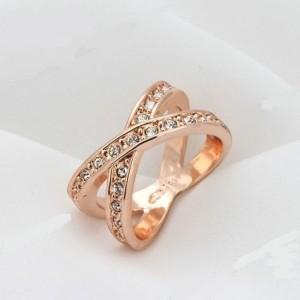 Современное кольцо «Перекрёсток» (бренд-ITALINA) с камнями Сваровски и розовой позолотой купить. Цена 185 грн