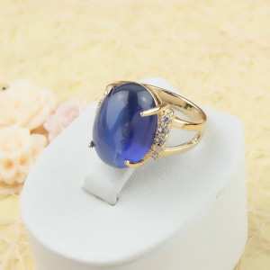 Богатое кольцо «Браво» с большим синим фианитом, мелкими цирконами и качественной позолотой фото. Купить