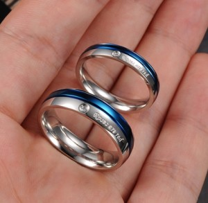 Очаровательное кольцо «Luxury» из медицинской стали с цирконом и синей полосой купить. Цена 180 грн или 565 руб.